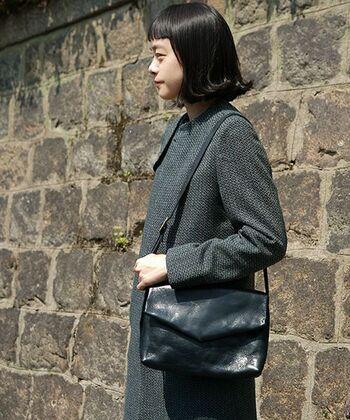 毎日使いたいからこそブラックバッグはきれいな形のものをチョイス。大人の着こなしを引き締め、落ち着いた雰囲気に仕上げてくれます。