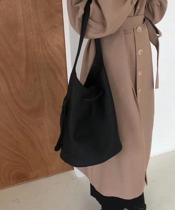 滑らかな手触りのエコレザーを使った、ワンショルダータイプのブラックバッグ。マチ付きなので収納力も◎ いつもの服装に違和感なく溶け込むプレーンなデザインです。
