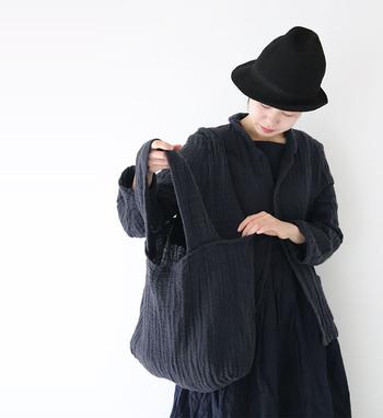 リネンとコットンで作られた、身体に寄り沿うように肌に馴染むツイードバッグ。軽やかなので持ちやすさも抜群です。