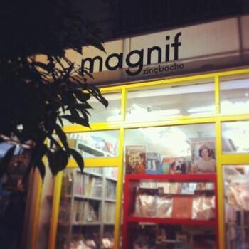 小宮山書店の角を曲がり奥へ進むと、純喫茶などが並ぶよりディープな神保町。イエローに塗られたポップな外観が目を引く「magnif」は、ファッション雑誌のバックナンバーを中心とした古書店です。