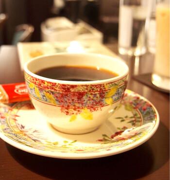 飲み心地の良さが好評なコーヒーは自家焙煎で、深煎・中煎・浅煎から選べます。2杯目のお値引きがあるのも読書好きには嬉しいポイントですね。