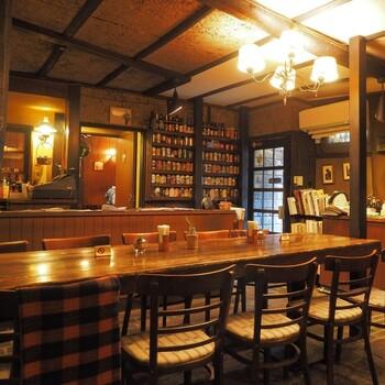 昭和28年オープンの老舗カフェ。映画のセットのような情緒的な空間で本を読めば、ここから物語がはじまりそうな気分に。店内の証明がちょうど良く集中力を上げてくれます。