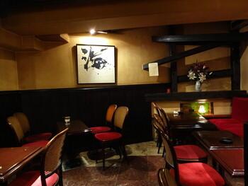 昭和51年オープンの高級感あふれるクラシカルな店内。昔ながらのネルドリップでじっくり淹れたコーヒーは香り高く、人気があります。