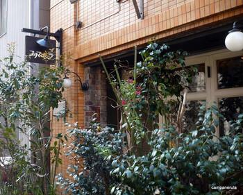 神保町交差点から少し離れた、隠れ家になりそうな喫茶店をご紹介。明治大学の裏に位置する「カフェ・デ・プリマベーラ」は、平日のみ営業の喫茶店。平日休みが取れた日に、行ってみてください。