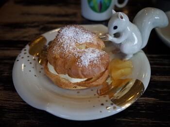 古瀬戸オリジナルのシュークリーム。チーズ入りでどっしりとしたカスタードに大満足♪可愛い動物がお供のお皿は何種類もあり、今日はなんの動物かな?と楽しみのひとつに。