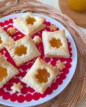 冷凍のパイ生地とゆずジャムがあれば、手軽に美味しいジャムパイを作ることができます。解凍したパイ生地を好きな型でくり抜いてジャムをのせてトースターで焼くだけ。お子様と一緒に色々な型で作るのも楽しそう。