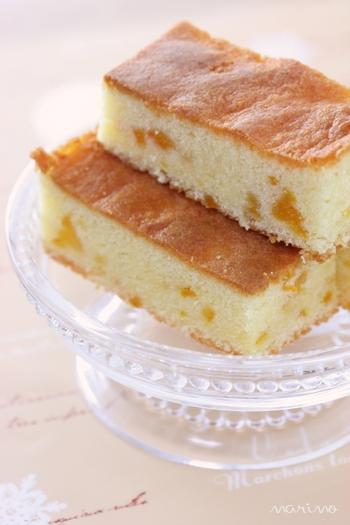 ゆずジャムが入った味わい深いバターケーキ。柚子のフルーツブランデーを入れるとより美味しくなるので、ケーキを作る2.3日前に、柚子1個を輪切りにして、密封できる瓶に入れ、ブランデー200mlを注いで2.3日置いておくと、美味しい柚子のフルーツブランデーに。お菓子作りに使う他、ガムシロップや炭酸を入れてカクテルにして飲んでも◎。