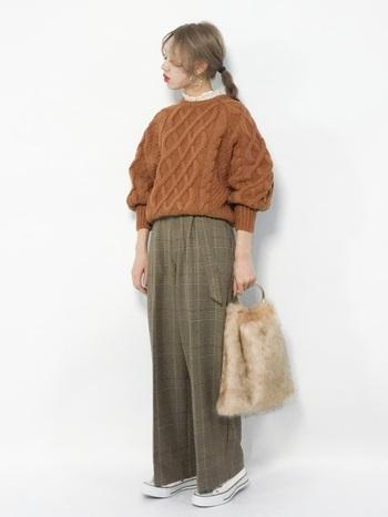 フリルネックのブラウスにケーブルニットを組み合わせることで、より女性らしい印象のコーディネートが完成しますよ。襟から覗かせたフリルカラーと、ケーブルニットの立体的な編み柄が華やかな雰囲気です。ファーバッグや大ぶりピアスなど、エレガントな小物使いもおしゃれに着こなすポイント。
