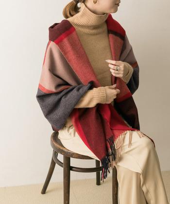 明るい色のチェック柄ストールなら、同じ羽織り方でも雰囲気が変わります。コーデの主役にするのも素敵ですね。