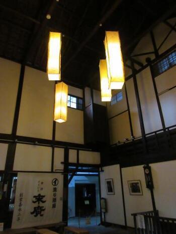 日本建築とは思えないほど高い吹き抜けには、気持ちの良い空気が流れています。さらに敷地内にはコンサートホールも設備されていて、ジャズなどの催し物を行うことも。