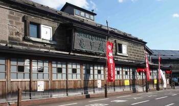 北海道・小樽にある「田中酒造」は、本店と亀甲蔵の二か所で製造。亀甲蔵のある石造倉庫群は、明治38年ごろに建てられ、小樽市の歴史的建造物に指定されています。
