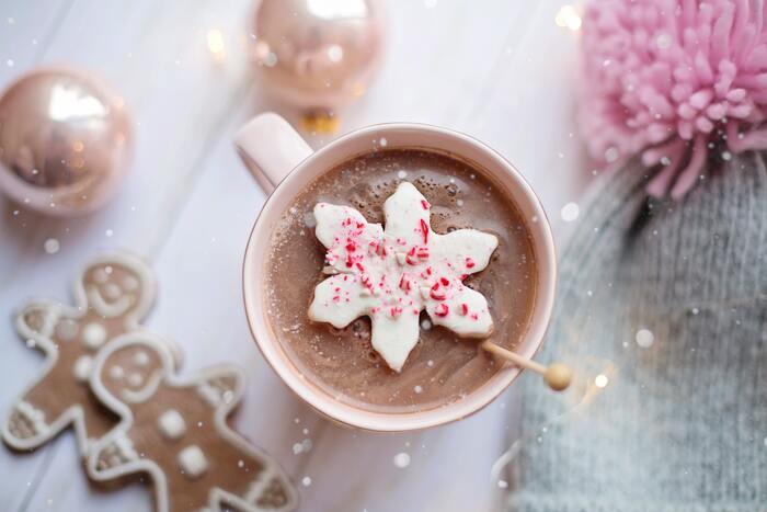 ココアやミルクティーなど、甘くて温かいドリンクはいろいろありますが、もうひとひねり欲しい時には、スイーツ風のホットドリンクがおすすめ。ドリンクはお茶でシンプルに、甘いスイーツで温まりたい時には、ホットスイーツがおすすめです。もちろん、甘さのバランスを考慮しながら、相性の良いものを組み合わせてみるのも良いでしょう。ぜひ、楽しみながら素敵なティータイムのお供を作ってみてくださいね。