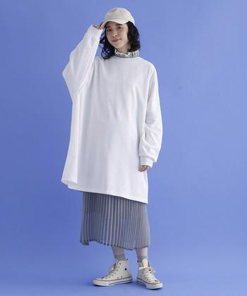 今シーズンはロング丈のスウェットと、ロングスカートの組み合わせも大人気です。こちらはエレガントなフリルブラウス×プリーツスカートに、ロングスウェットを重ねたおしゃれなMIXコーデ。キャップやスニーカーを合わせてスポーティに着こなしたり、アクセサリーやベルトをプラスして女性らしい雰囲気に仕上げたり。小物の組み合わせ方次第で、様々なコーディネートが楽しめますよ。