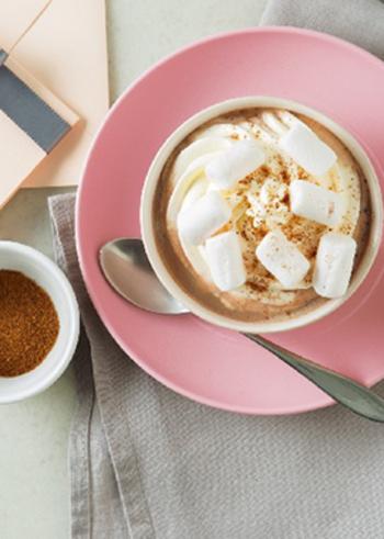 甘いホットドリンクに、マシュマロとココアは大いに活躍してくれる素材のひとつ。こちらはダブルで楽しめます♪ココアを作って温めたら、ホイップクリームとマシュマロでトッピングするだけで簡単。さらに、ナツメグでアクセントを加えたレシピです。
