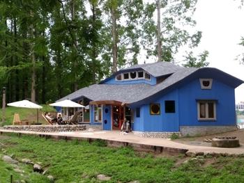 木造2階建ての真っ青な外観が目を惹く北欧風カフェ。建物には飯能の名産品である西川材を使用しており、優しいあたたかみに包まれてたっぷりくつろげます。