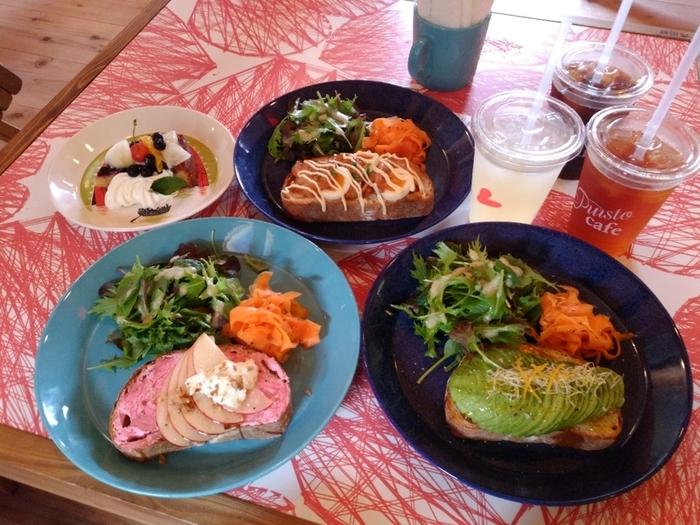 デンマークの伝統料理であるスモーブロー(オープンサンドウィッチ)をメインに、地場野菜を使用した季節メニューを取りそろえています。デザートはブルーベリータルトや日替わりのシフォンケーキなどラインナップが豊富で、北欧らしい可愛いお皿も気分が上がりますね♡