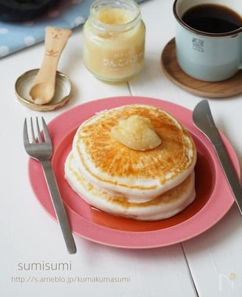 米粉をパンケーキにすると、ふんわりもっちりとした食感を楽しむことができます。あっさりとした自然で優しい甘さは、手作り生地ならでは。