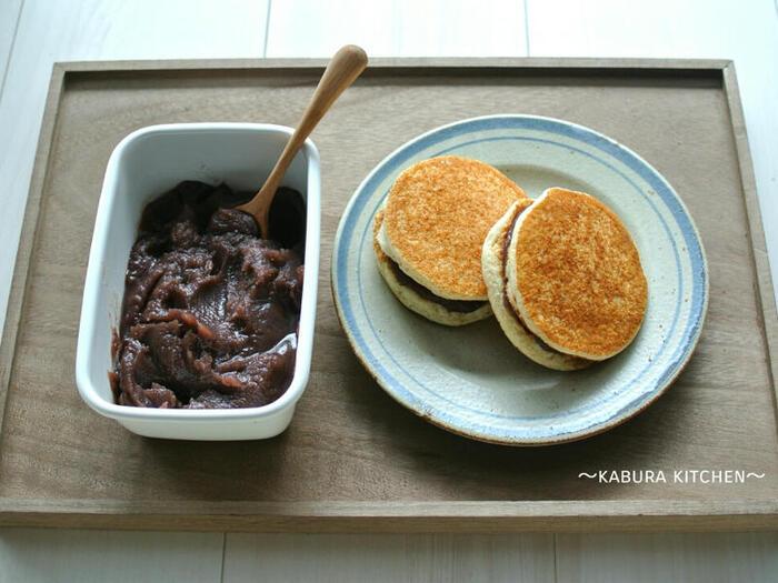 シンプルな材料で作る、素朴な米粉どら焼きのレシピ。普通のものに比べて、ふんわりもっちりとした食感に仕上がります。卵も乳製品も小麦粉も使わないので、アレルギーのある人にもおすすめです。