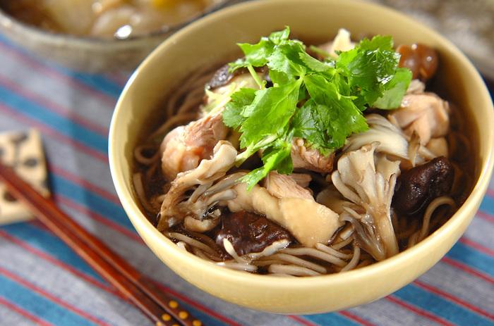 そばの具としても人気の椎茸。他のきのこと一緒にそばつゆに入れて煮立たせると、つゆにはきのこの旨味が溶け合い、きのこは出汁を吸収して、美味しさが倍増します。