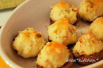 こんもりとポテトがのったオーブン焼き。薄切りにしたカマンベールチーズがこんがり。色合いが良くテーブルに映える一品です。