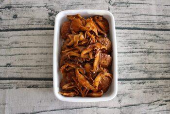 お弁当のためにも作り置きしておくと便利なのが、煮込みハンバーグ。ソースに椎茸を加えると、食感も味の奥行きにも変化を付けられます。