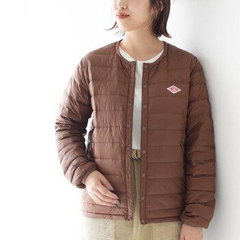 ナイロン素材を使用し、薄手で軽いインナーダウンに仕上げたアイテム。長袖のジャケットタイプは、ライトアウターとしても気軽に使えるのが大きな魅力です。もちろんコートやジャケットに合わせて、防寒にも大活躍。青や緑など、アクセントにもなる色展開が人気のポイントです。