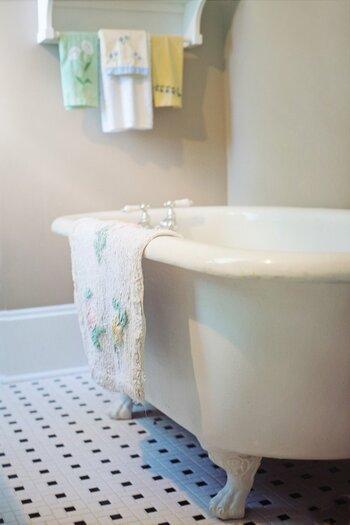 湯船の中で、足首をぐるぐる回しましょう。シャワーしかしない人は洗面器にお湯をはり、シャンプーしながら足湯をするだけでも血行促進効果があります。お風呂から出たらボディクリームでの保湿を忘れずに。