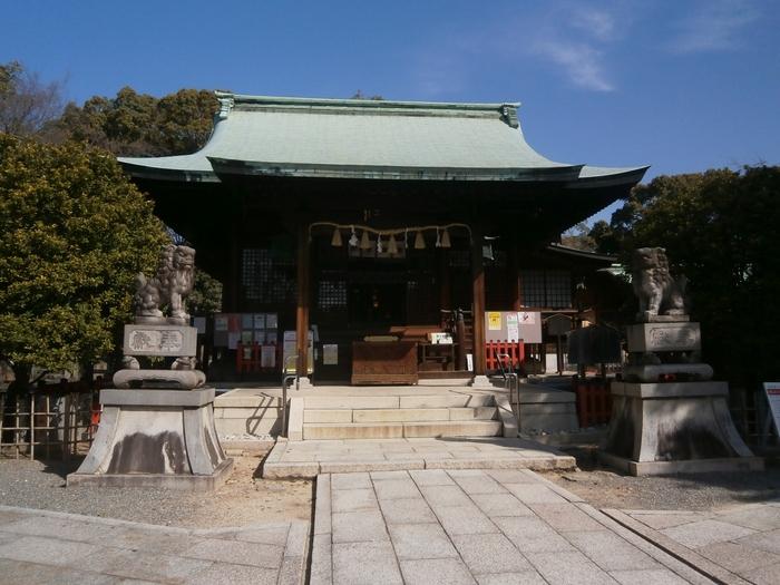 名古屋には「恋の三社めぐり」があり、恋のパワースポットのある神社を三カ所めぐることで、恋愛運が上昇するといわれています。城山八幡宮内にある連理木もその一つ。高牟神社の恋の水、山田天満宮のよりそい石と合わせてお参りしましょう。