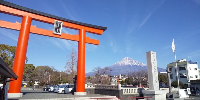 富士の雪解け水が湧き出ている「湧玉池」がパワースポットで、ご神水をいただくことができます。富士山のパワーをいただきながら、良縁祈願ができる神社です。