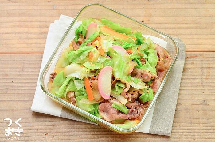 どんな料理にもアレンジできるかまぼこは、作り置きおかずにも大活躍してくれます。こちらはお野菜たっぷりのヘルシーな「豚肉と野菜の中華風炒め」。かまぼこはもちろんのこと、冷蔵庫の中の野菜を大量消費したい時にもおすすめです。レシピに記載されている野菜以外にも、ピーマンやキノコ類などほかの野菜を入れても美味しく作れますよ。