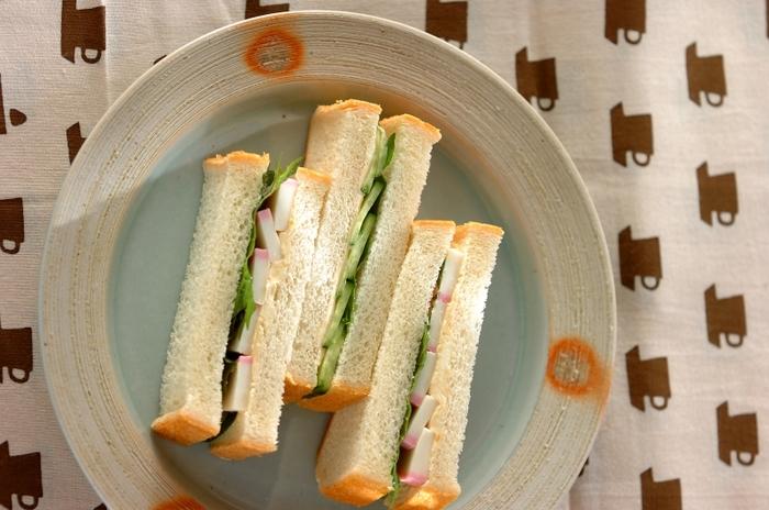 かまぼこ・大葉・きゅうりを食パンではさんだ和風サンドイッチです。バターとマヨネーズの代わりに、クリームチーズ&味噌を使うことで和風の味付けに。コーヒーと一緒にいただく洋風サンドイッチも美味しいですが、たまには気分を変えて緑茶に合う和風サンドイッチも試してみませんか?