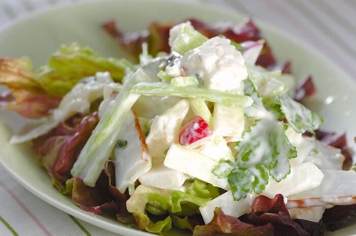 レタスやセロリなどの野菜にかまぼこと豆腐を合わせ、ワサビ漬けのドレッシングをアクセントにした和風サラダです。ワサビの上品な辛みと、爽やかな香りが食欲をそそります。具材と味付けを変えるだけで、いつもとは一味違う美味しいサラダが作れますよ。
