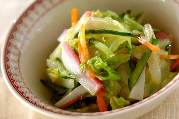 こちらは白菜・かまぼこ・キュウリ・人参などの具材を、しょうゆベースのドレッシングで味付けした和風コールスローサラダです。野菜は塩もみすることで柔らかくなり、食べやすくなりますよ。ピンク色のかまぼこが彩りのアクセントに。お野菜もたっぷり摂れて栄養満点の一品です。