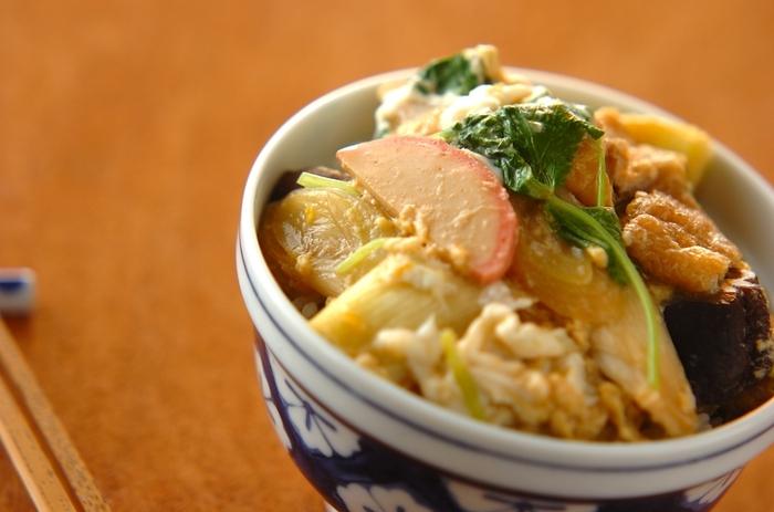 かまぼことネギを卵でとじた「木の葉丼」。冷蔵庫にある食材で簡単に作れるので、ランチやお夜食にもおすすめの一品です。かまぼこの代わりに、ちくわやさつま揚げでも美味しく作ることができますよ。卵はとろとろの半熟や硬めなど、お好みのかたさに調整してくださいね。