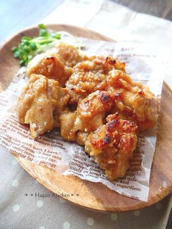 一口大にカットした鶏もも肉に甘酢とニンニクをもみ込んで作る、揚げない唐揚げのレシピ。トースターを使って焼き上げていきます。