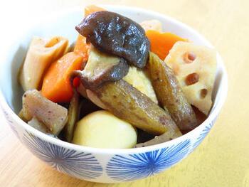 実は大きく分けると「めんつゆ」も合わせ調味料のひとつなんです。いつもの筑前煮もめんつゆ&お味噌を使うだけで、ぐっと深みのある凝った味わいに!