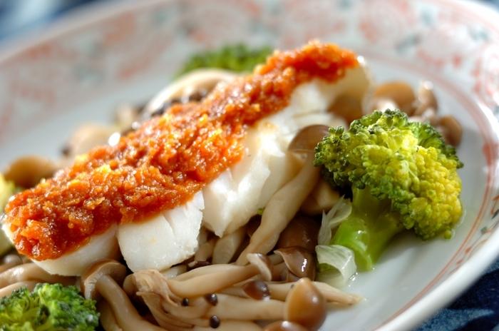 白身魚と野菜をお鍋で蒸して、最後に信州味噌、酒、みりんと砂糖を合わせた調味料を掛けていただくヘルシーな一品。こちらのレシピではタラを使っています。