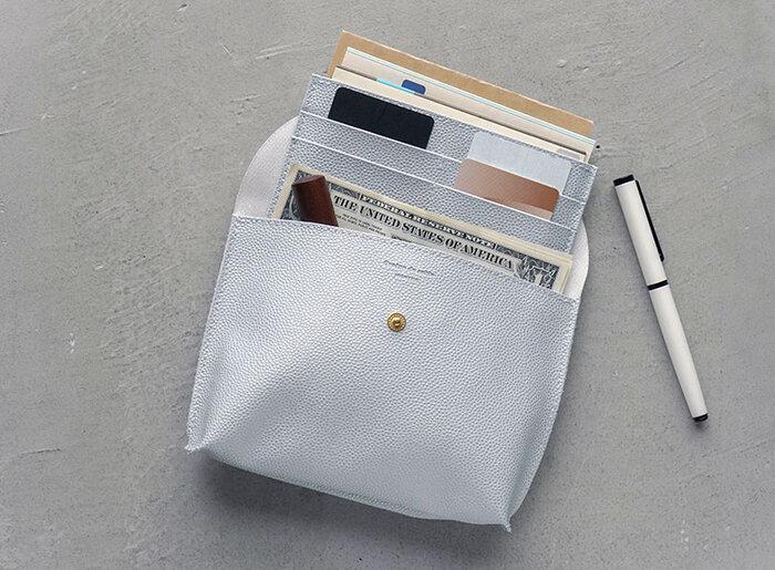 カードや通帳がコンパクトにまとめられる通帳ケース。シンプル&スリムなデザインなので、かさばらずすっきり収納できそう。 単品で持つも良し、別売りのフラップポーチに貴重品をひとまとめにしても◎