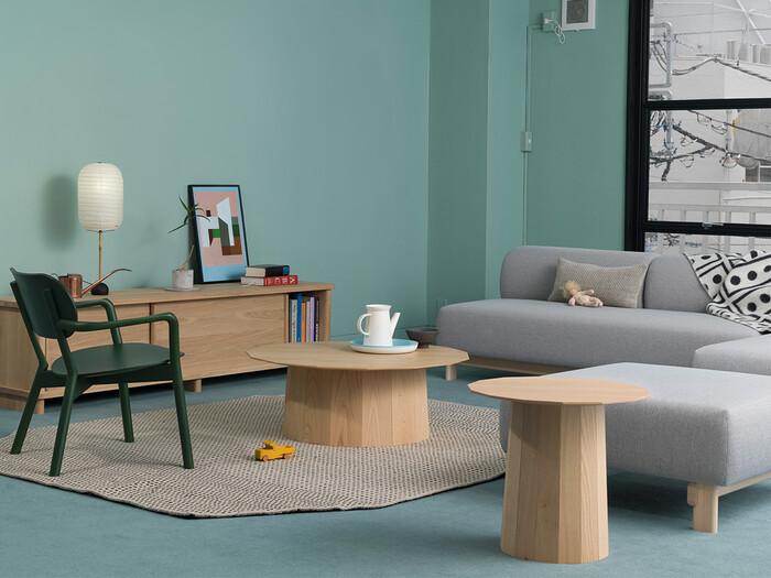 創業70年を超える日本の木製家具メーカー「カリモク」が、2009年に家具デザインの新たなスタンダードを作ろうと始めたブランド「KARIMOKU NEW STANDARD」。あまり有効活用されてこなかった日本の広葉樹(カエデ、クリ、ナラなど)を使い、国内外の新進気鋭のデザイナーとともに高いクオリティの家具を生み出しています。