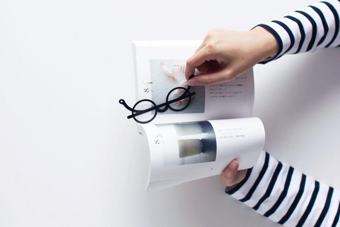 まるでオブジェのような丸メガネの栞で、みんなの注目を集めそう。 紙製ではなく薄いステンレス製なので、長く愛用できそうですね。柄の部分でページを挟んで使います。