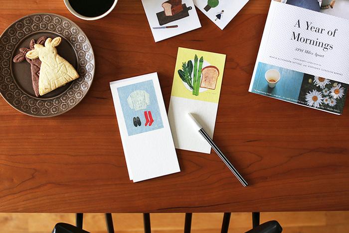 小さな付箋に収まりきらない思いは、ちょうどよいサイズ感の一筆箋に託して。 トーストや野菜、セーターなど、日常を彩るアイテムがやさしいタッチで描かれた西淑さんのイラストは、見ているだけで心が和みます。