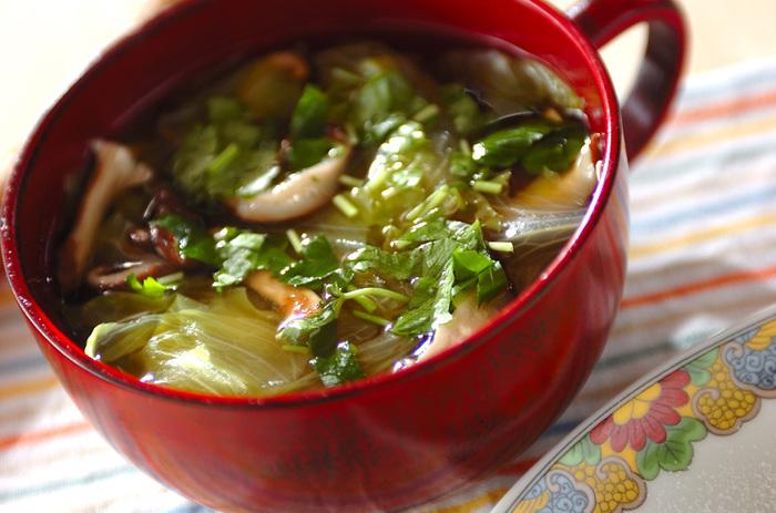 レタスはざくざくと手でちぎって、千切りにした椎茸とお鍋へ。手間をかけずに15分もあれば完成するスープです。お手軽でも栄養はしっかり摂れるので、疲れている日や風邪気味の時に作ってみてはいかがでしょうか。
