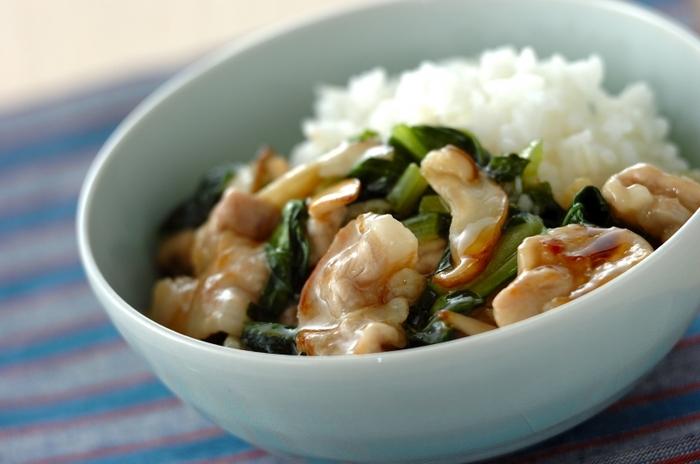 人気のあるこのレシピの注目は、仕上げにホタテ(フレーク缶)を加えていること。苦味のある小松菜がスープと椎茸でマイルドに。野菜も肉も、海の幸も山の幸もいただけるバランスのいい丼です。