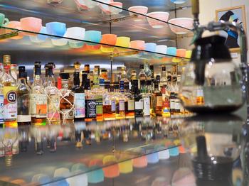 ずらりと並ぶアルコールや、カラフルに並べられた「ファイヤーキング」の食器、店内に飾られたアートもおしゃれ。昼から夜まで楽しめるお店です。