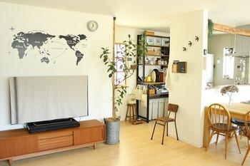 生活には不可欠だけど、お部屋の中で存在感を示すテレビ。黒く大きいので、インテリアには馴染みにくいのが懸念点。そこで、テレビを見ていない時にはテレビを布でカバーしてみませんか?