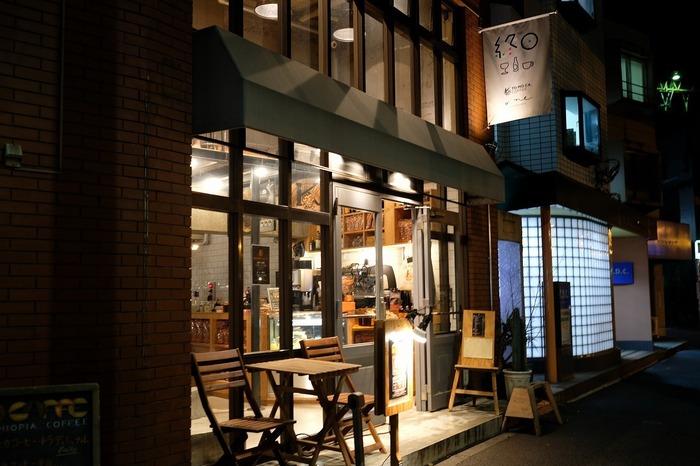 代々木上原駅南口を出て徒歩約2分の場所にある「終日one」。デザイン会社が運営するおしゃれなクラフトビアバーですが、お昼は「終日喫茶」として営業をしています。