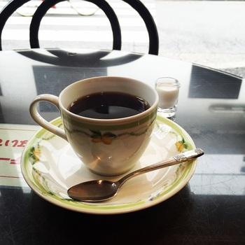 レトロな喫茶店でいただく、こだわりコーヒーは格別。可愛らしいコーヒーカップにもキュンキュンします。
