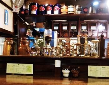 半テラス席もいいけど、コーヒーのいい香りを存分に楽しめるカウンター席もおすすめです。1人でゆったりとくつろぎたい時にどうぞ。