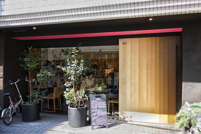 代々木八幡駅より歩いて約1分の場所にある「15℃(ジュウゴド)」は、ピンクの差し色が印象的なオシャレな外観が目印。パン屋さんを併設したカフェです。同じく代々木八幡で人気のパン屋さんで姉妹店の「365日」のパンが並びます。