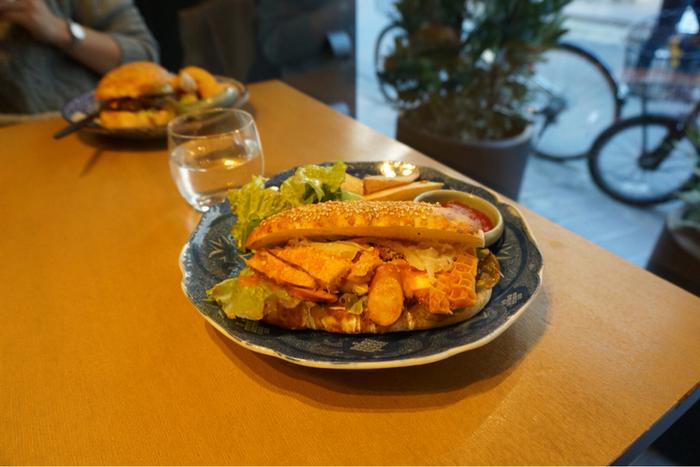 パン屋さんならではの焼きたてパンを使ったサンドイッチやハンバーガーは絶品!たっぷりの具が入っていてボリューミーです。